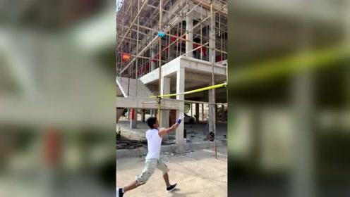 工地上的小伙子,搬砖练出来的臂力,接下来的操作厉害了!
