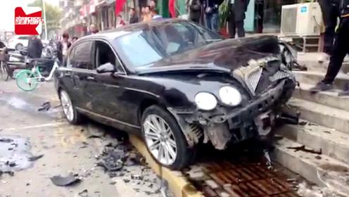 宾利郑州街头逆行撞向路边两车,车头全毁,路人:司机睡着了