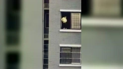 男孩站13楼窗台向外撒尿 小区业主拍下惊险瞬间