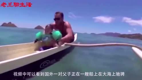 小孩不慎跌落水中,老爸迅速将其救起!
