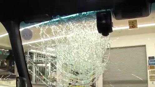 日本男子从路边窜出冲撞汽车 捶烂挡风玻璃吓坏女司机