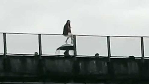 年轻女子爬百米高架桥轻生,民警从后面抱住