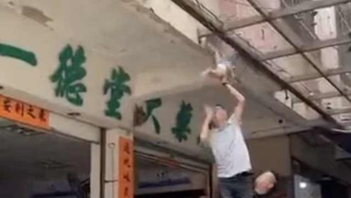 惊险!小孩悬挂在棚架上,坠落瞬间被市民接住