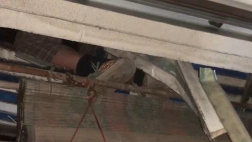 77岁老人凌晨掉落四楼窗外雨棚 消防员来救援家属还在睡一脸懵