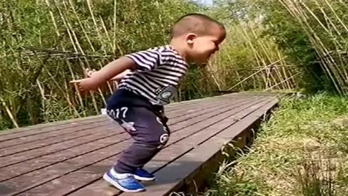 儿子这姿势是要起飞呀,结果下一秒尴尬了,妈妈都忍不住笑了