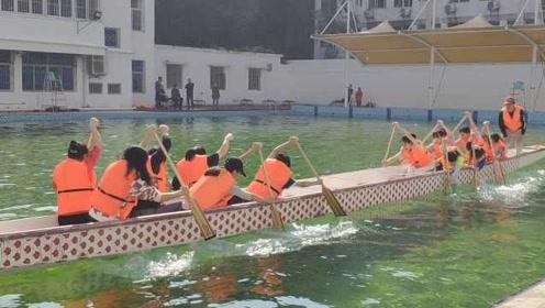 武汉大学上演史上最安全龙舟拔河赛:游泳池里使劲!