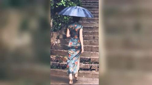 走在杭州上路的姑娘背影太美了,在江南的烟雨中,把旗袍的美展现的淋漓尽致