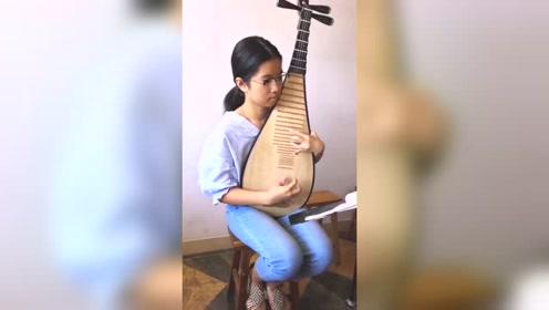 中国琵琶,小小年纪能把春雨弹的这么好听,真的很不容易了