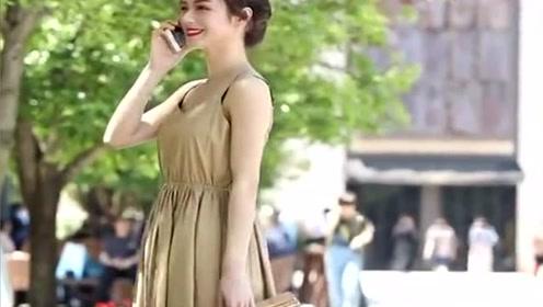 街拍美女小姐姐长裙飘飘,不知道在给谁打电话,怎么笑的这么开心