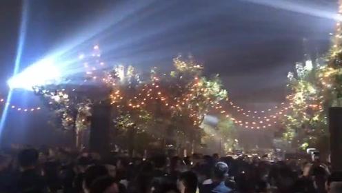 求生欲满满!使用问题地图后,迪奥上海秀场放起《我和我的祖国》