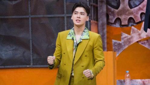 李易峰橄榄绿西装内搭花衬衫,风度翩翩的骑士峰,尽显帅气