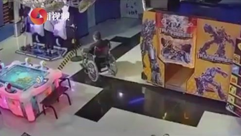 男子假装残疾人坐轮椅行窃 偷盗瞬间身手矫健