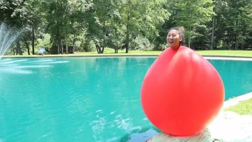 """美女用气球当""""泳衣"""",跳入水中后,尴尬的一幕发生了!"""