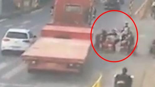 就差1秒!电动车突然起步险酿惨剧 辅警这一举动救了他!