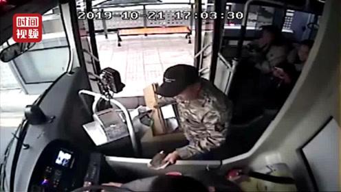 公交司机悄悄塞给拾荒大爷50元 老人执意归还:这钱不是我的