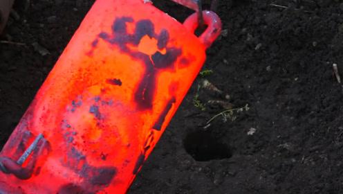700多度高温金属溶液,男子倒入泥土中,看看挖出个什么好东西
