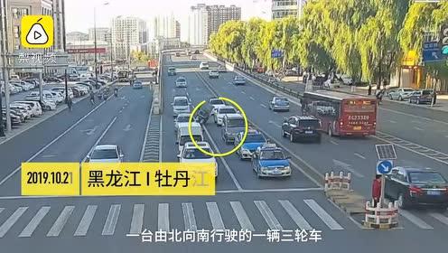 危险!醉酒男子开三轮连撞3车后翻倒,被甩出挂车上