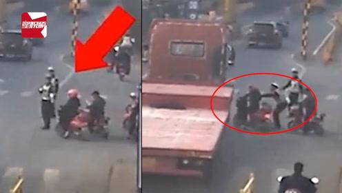 浙江一女子骑车抢行,危急时刻交警一把拉住:距离大货车不到1米