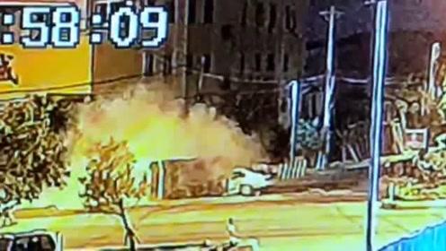 广东潮州一轿车撞翻清洁车 致4死1伤