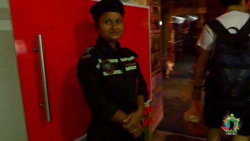尼泊尔的ATM,晚上都有保安值守,但派个妹子,真能起到作用吗?
