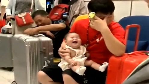 宝爸和萌宝在候车室等车,接下来萌宝的举动,把周围的人都逗乐了