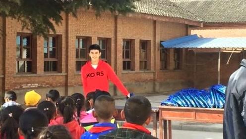 吴磊新戏杀青赶去做公益 穿红色帽衫尽显阳光帅气