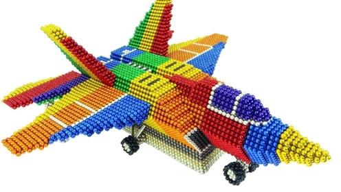 大神用5000颗巴克球制作的飞机模型,看起来还 有模有样的!