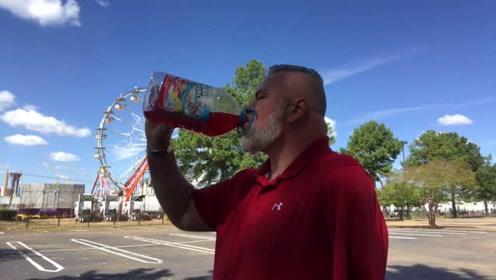独臂大叔挑战汽水,一桶分两次喝完,看着好艰难的样子