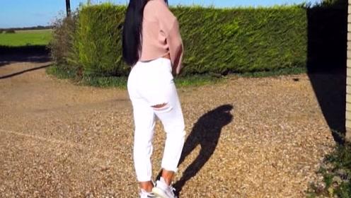露腹上衣搭配白色紧身牛仔裤