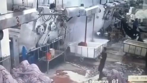 领导视察车间时机器突然爆炸,3000度高压蒸汽直接糊脸!