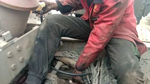 这是修理工可以,变速箱高低速伐漏气,灌点机油就好了