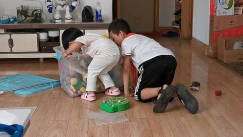 2岁宝宝去姑姑家,把哥哥的玩具玩个遍,难怪喜欢去姑姑家!