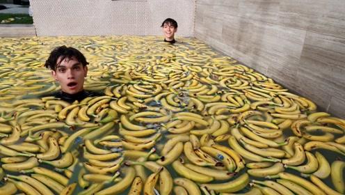 熊孩子用1万根香蕉泡澡,结果会怎么样?网友:少不了一顿胖揍!