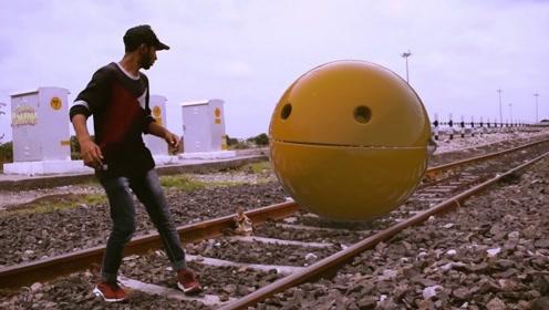 现实版本的地铁跑酷,吃豆人前来客串,小伙子玩得不亦乐乎