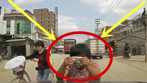 农村街道上开车遇到这种奇葩,司机估计一天都吃不下饭!