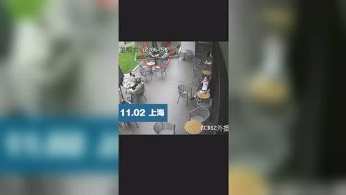 太惊险!男子坐商场楼下喝咖啡,幕墙玻璃突然坠落