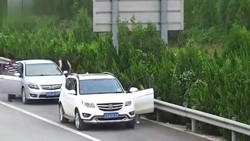 女司机高速尿急,选择这样解决,监控拍下尴尬的瞬间!