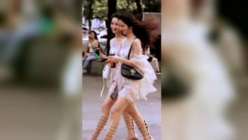 两位美女的鞋真是有个性,请问是在哪里买的?