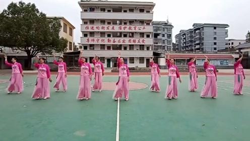 10月全国流行广场舞《三月里的小雨》网红火爆,简单优美