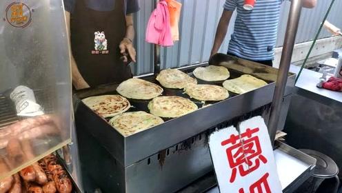 葱抓饼包香肠,是台北很有名的特色小吃,传统老味道,超级好吃