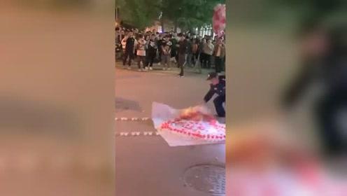 求婚失控现场!男生摆蜡烛求婚被保安掀翻