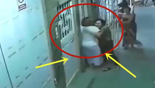母女二人正在门口休息,不料下一秒发生不可思议的事,快跑啊!