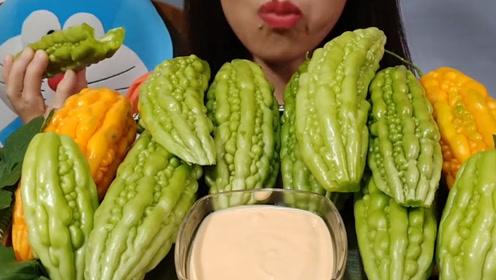 有人喜欢吃苦瓜吗?小姐姐摆了满满一桌,面不改色仿佛在吃黄瓜