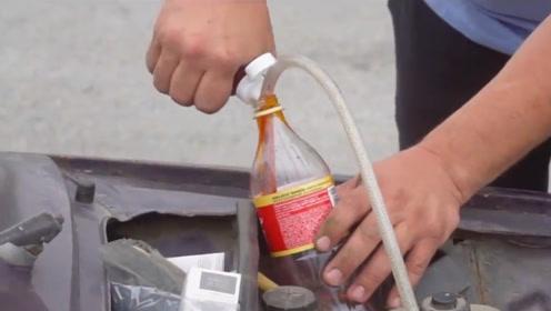 好奇染色剂倒入汽车油箱会怎样,男子进行实验,网友:污染环境