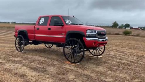 小伙将皮卡装上马车车轮,会是怎样一种场景?结局意想不到