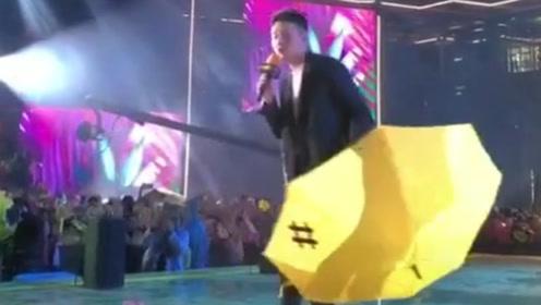李荣浩演唱会下雨,丢掉手中的伞陪粉丝淋雨,举动被赞太暖心