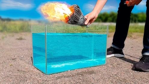 把点燃的烟花丢入水中,会立马熄灭吗?最后结果令人意外!