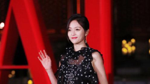 吴宣仪一身黑色星星长裙亮相活动 演绎优雅大方贵公主