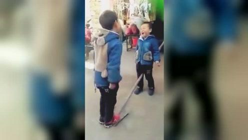套路与反套路?男童踩铁锹弹朋友裤裆反拍到自己脸