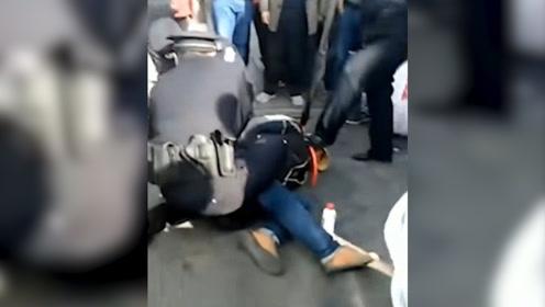 现场画面曝光:男子因琐事持刀戕害姑侄2人 民警当场将其抓获归案